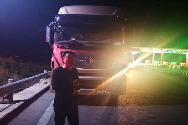 景泰:半挂车高速上疯狂逆行2公里 司机被罚12分