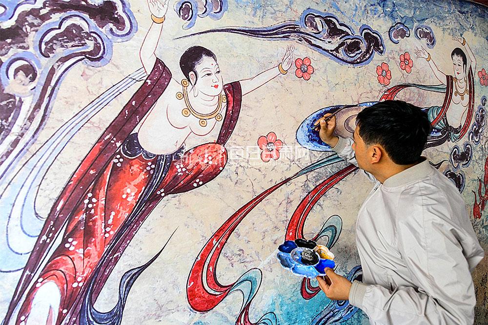 拜师敦煌画家马敷丹潜心学习工笔重彩,在敦煌壁画彩绘艺术上学有专长.