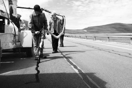 【图片新闻】玛曲公路段技术工人对省道204线进行灌缝专项...