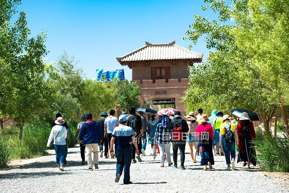 6月15日,游客在阳关景区观光游览。(4).jpg