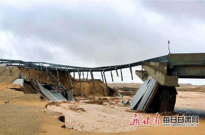 7月6日―7日,敦煌出现暴雨天气,导致大泉河发生洪水,通往莫高窟的唯一道路被冲断。图片由掌上敦煌提供.jpg