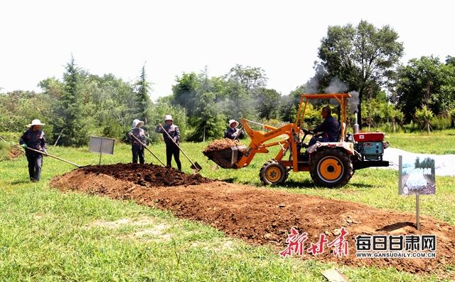 西峰区三姓林果专业合作社工人正在制作生物发酵有机肥通讯员盘小美摄.jpg