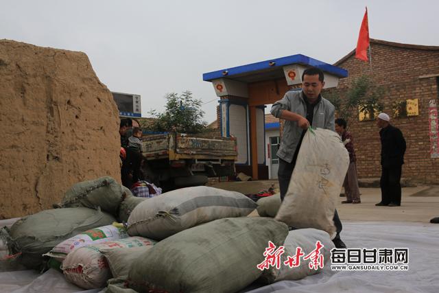 积极拓宽帮扶思路,与古浪县志愿者一起为联系村特困户捐赠旧衣物1200余件。副本.jpg