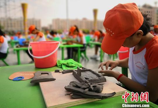 图为学生进行陶艺创作。 刘玉桃 摄