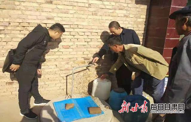 临夏州纪委监委第三督查组在永靖县陈井镇仁和村督查自来水入户情况