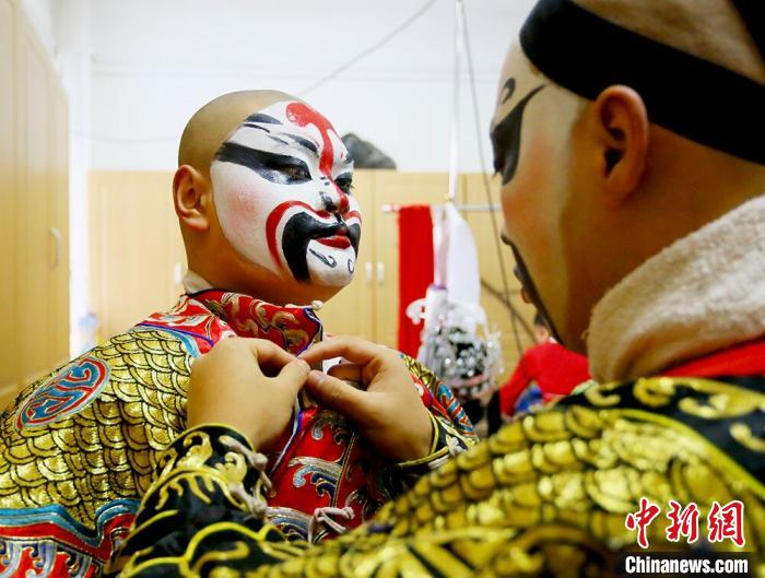 """兰州少年传承戏曲生命力""""唱念做打""""中现传统文化之美"""