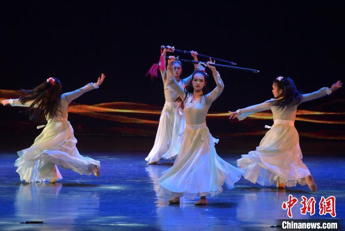 图为12月5日晚,来自新加坡华族舞蹈剧场的演员在开幕式上表演群舞《鞘中之剑》。 张斌 摄