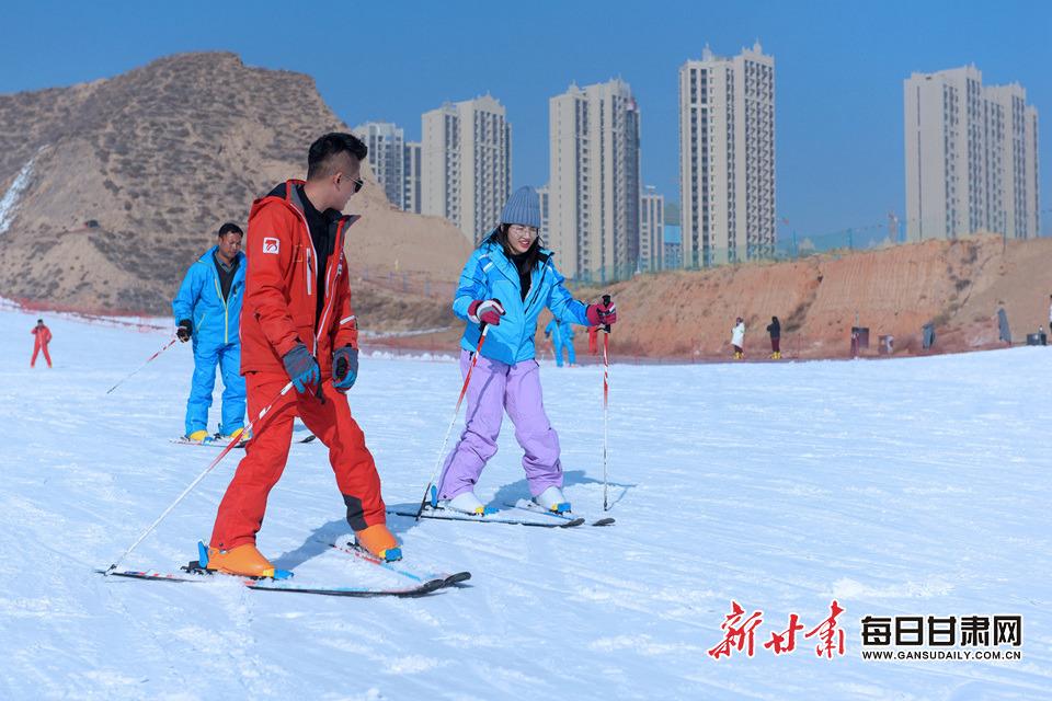 """开启冰雪旅游季 兰州安宁区开放""""夜场滑雪"""""""