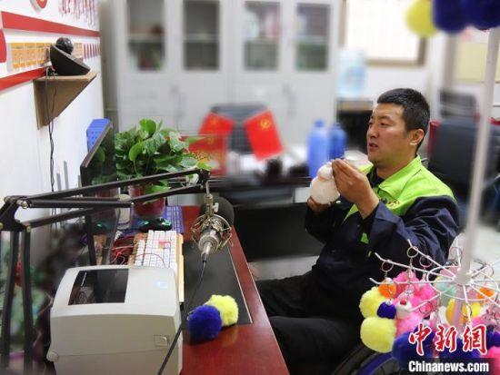 李华宁通过网路直播将手工作品销售到全国各地。 赵芳芳 摄