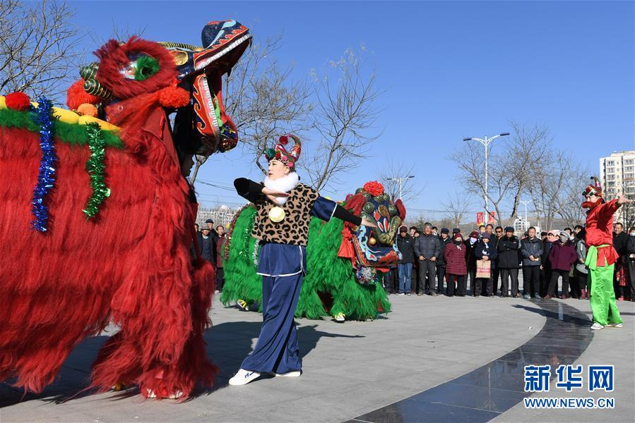 (社会)(1)甘肃永登:硬狮子 舞起来