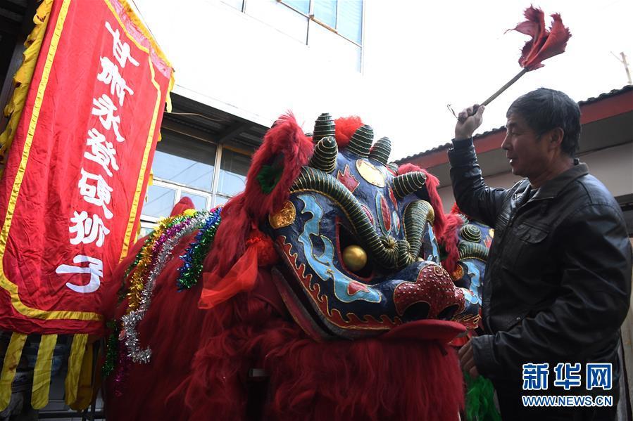 (社会)(5)甘肃永登:硬狮子 舞起来