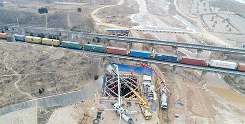 甘肃省首座公路转体桥下转盘浇筑完成