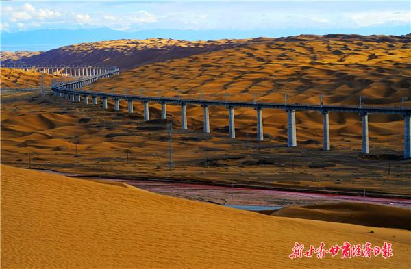 钢铁巨龙在沙漠中穿行
