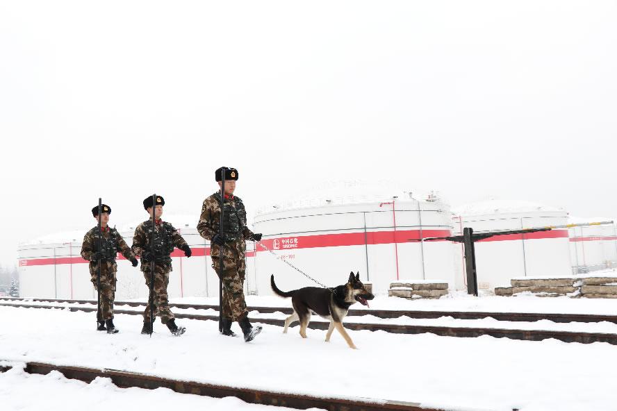针对降雪天气,官兵加强巡逻确保安全