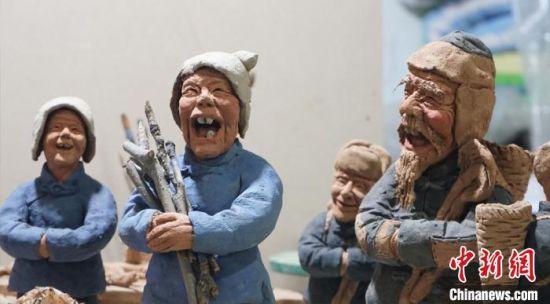 图为赵旭辉创作的泥塑作品《拾粪老汉》。 魏建军 摄
