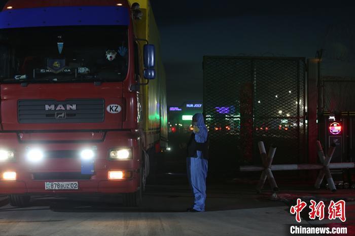 边检执勤民警引导货车入境。 查瑞 摄