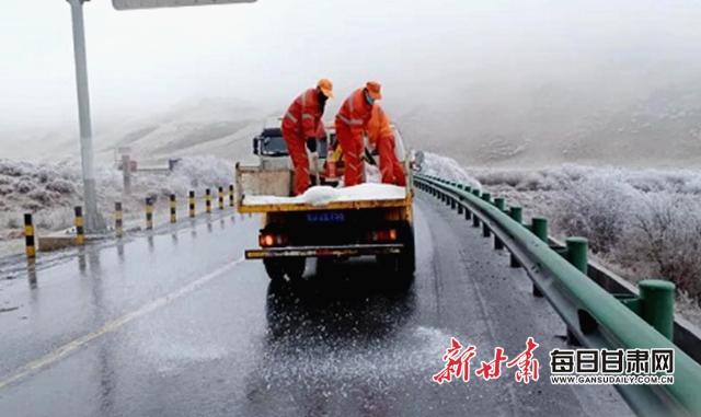 降温降雪 甘肃省甘南定西公路部门及时除雪保畅