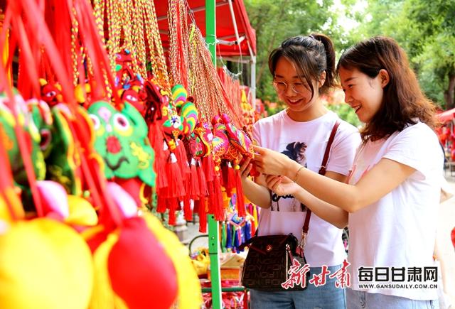 市民在西峰城区锦绣坊民俗文化街挑选香包。   通讯员盘小美摄.jpg