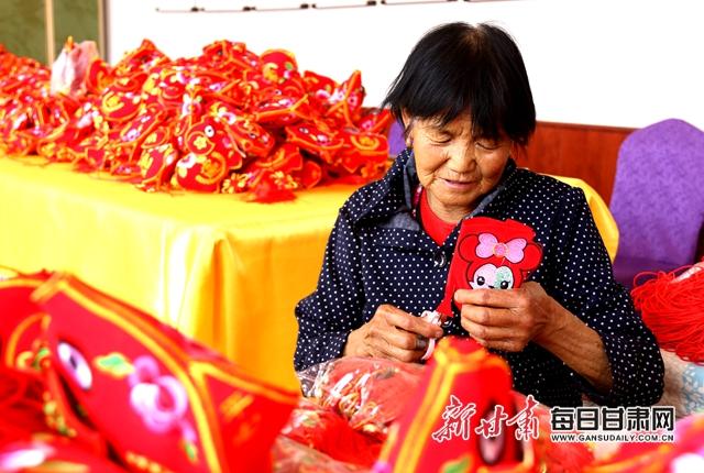 6月21日,庆阳秀韵乡村旅游专业合作社的绣娘在赶制香包制品。通讯员盘小美摄。 (2).jpg