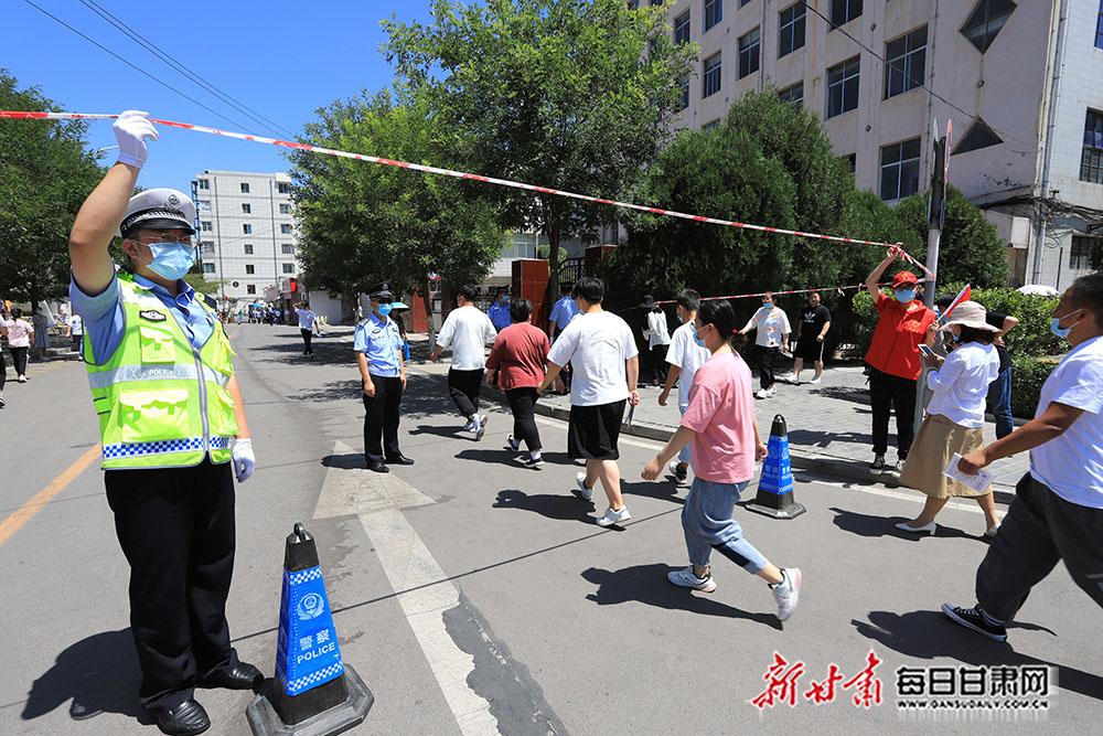 10――7月7日,在平凉一中考点,来自平凉市崆峒公安分局的工作人员和社区志愿者在执勤。.JPG