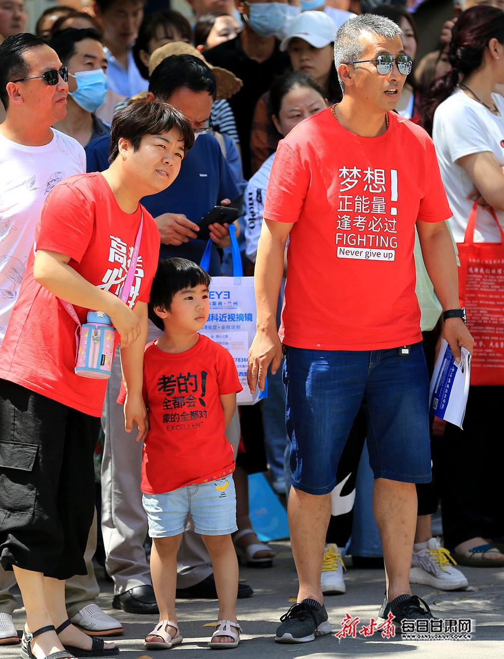 05――7月7日,家长带着小孩在平凉市第四中学考点外焦急地等待考生。.JPG