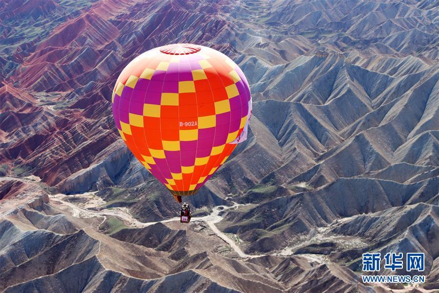 #(社会)(2)甘肃张掖:七彩丹霞升起热气球
