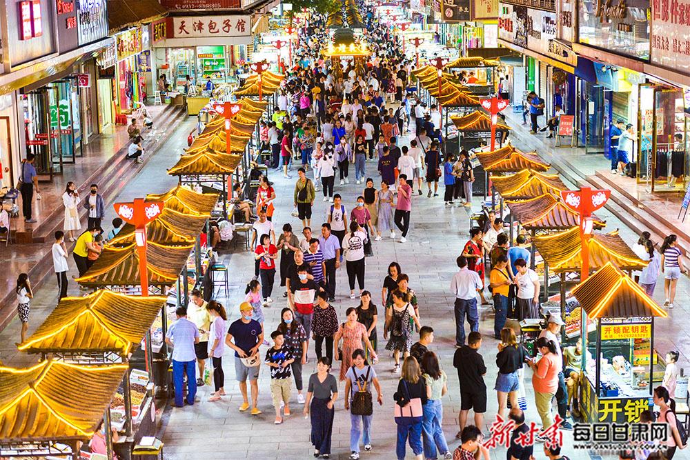 7月29日,游客在敦煌夜市旅游工艺品一条街上漫步,体验浓郁的民俗风情和敦煌文化。.jpg