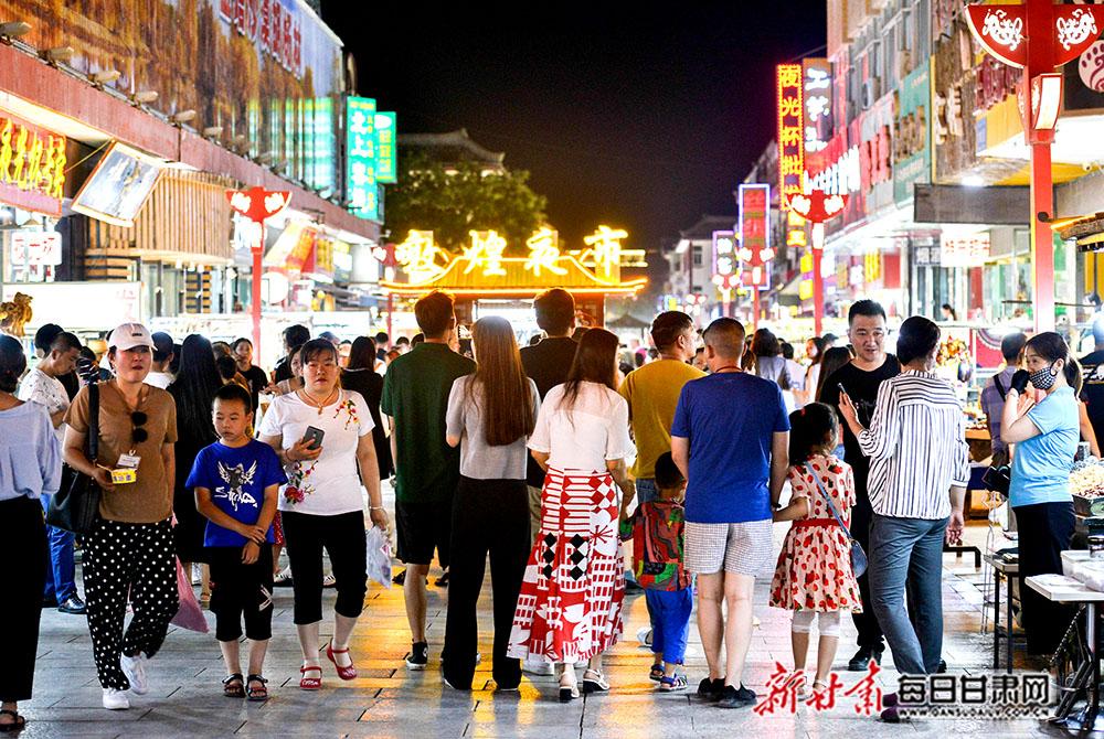 7月29日,游客在敦煌夜市旅游工艺品一条街上漫步,体验浓郁的民俗风情和敦煌文化。(2).jpg