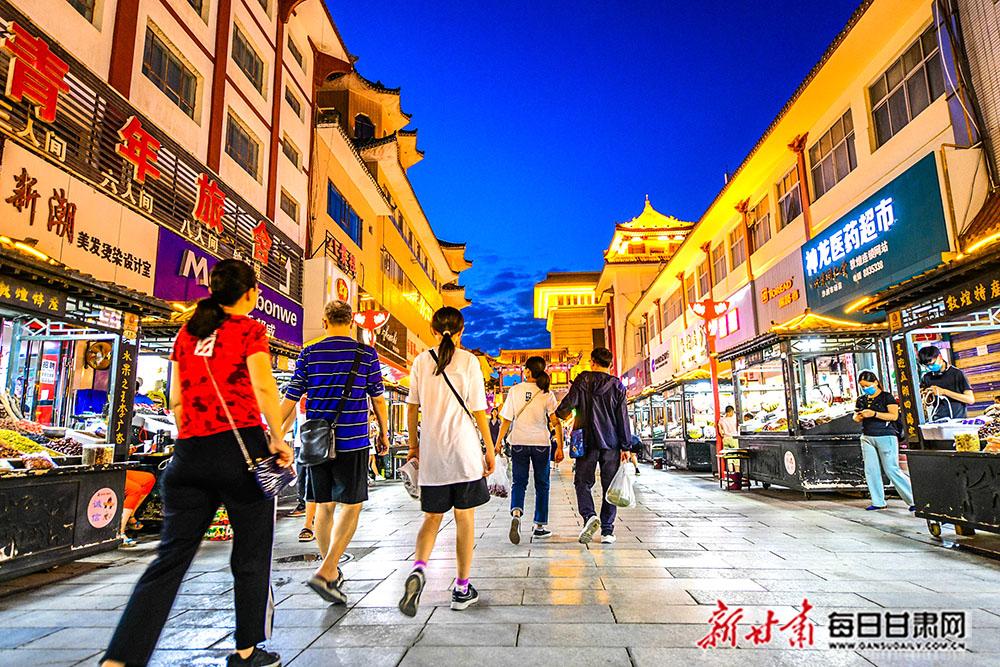 7月29日,游客在敦煌夜市旅游工艺品一条街上漫步,体验浓郁的民俗风情和敦煌文化。(3).jpg
