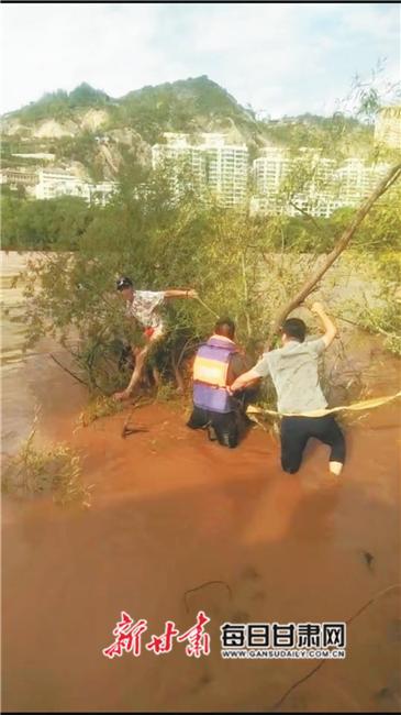 男子跳河轻生 兰州水上执法队成功救援