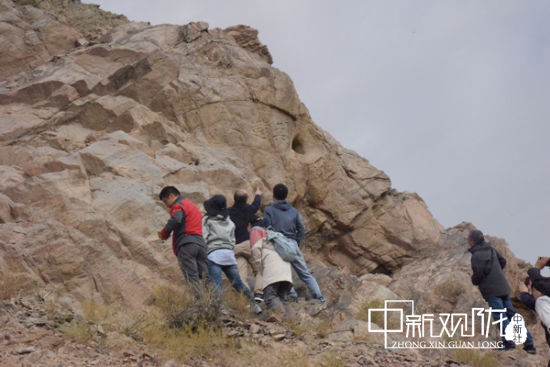 专家组在赤金峡摩崖石刻考察。