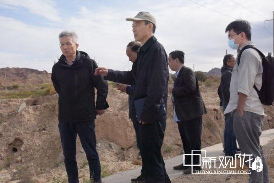 专家组在土夹道古道遗址考察。