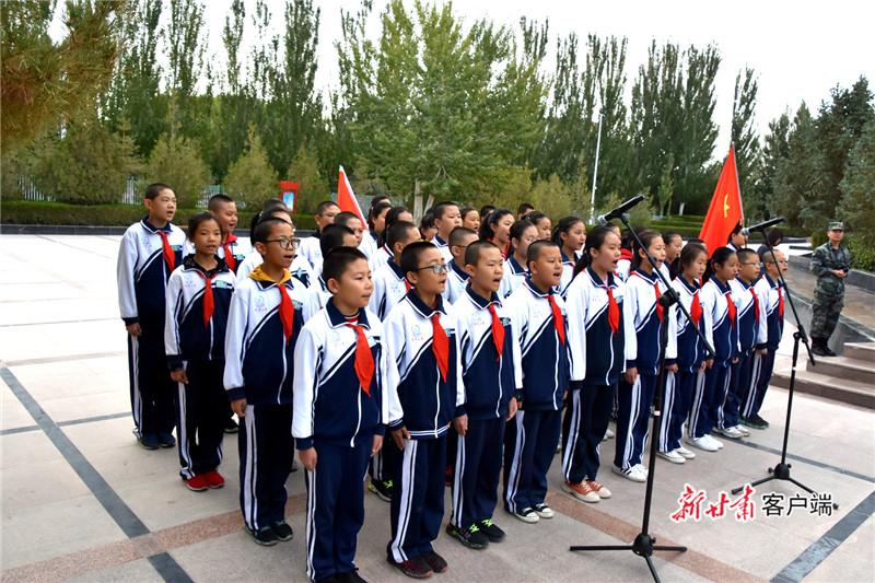 图为 少先队员齐声献唱《我们是共产主义接班人》,以稚嫩的童声向革命烈士表达崇敬之情。韩雪林摄.jpg