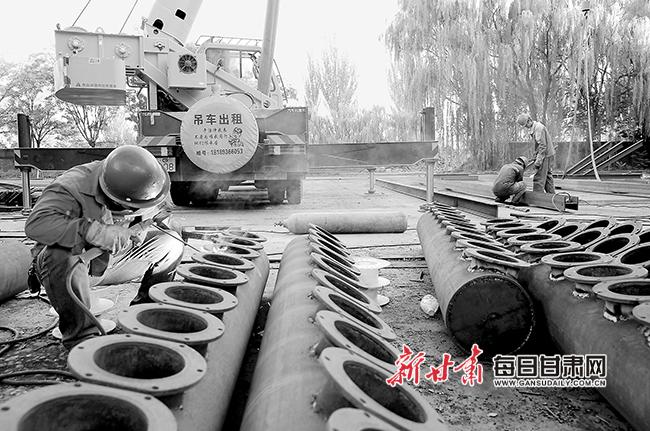 【图片新闻】张掖市中环寰慧节能热力公司工人抓紧装配热力环保改