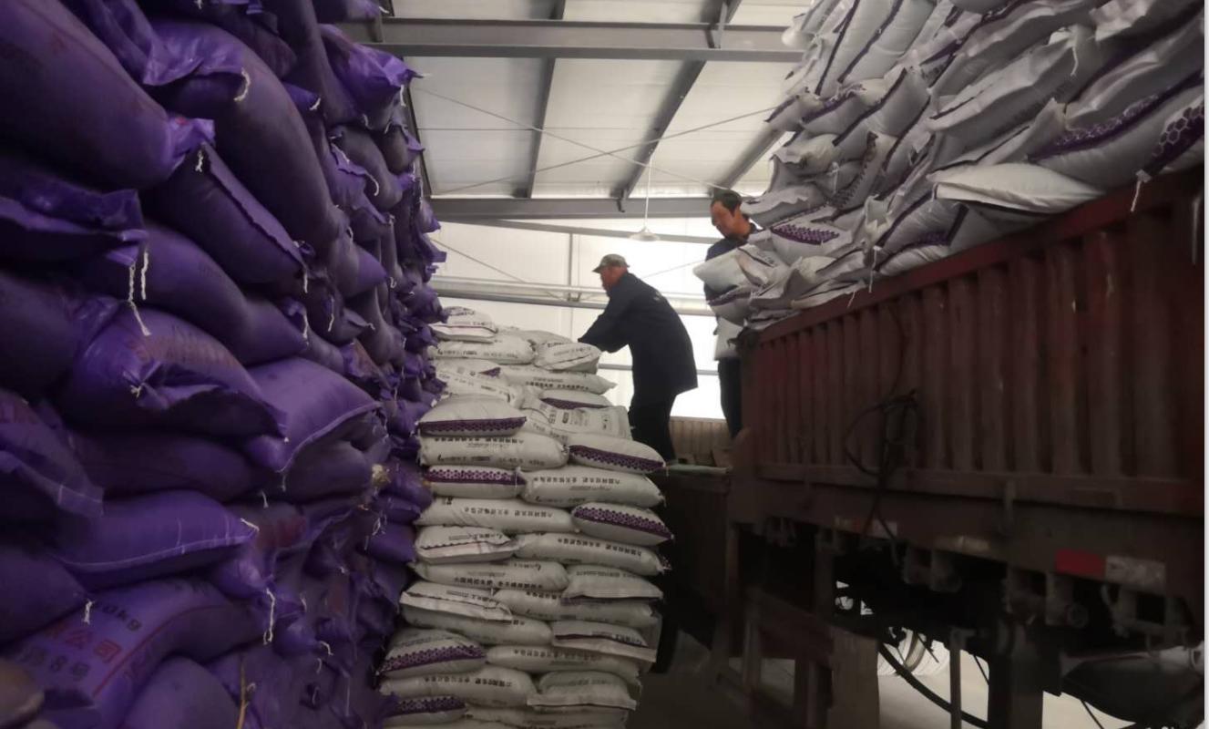 嘉峪关市供销合作社正在进行农资的调运和储备.png
