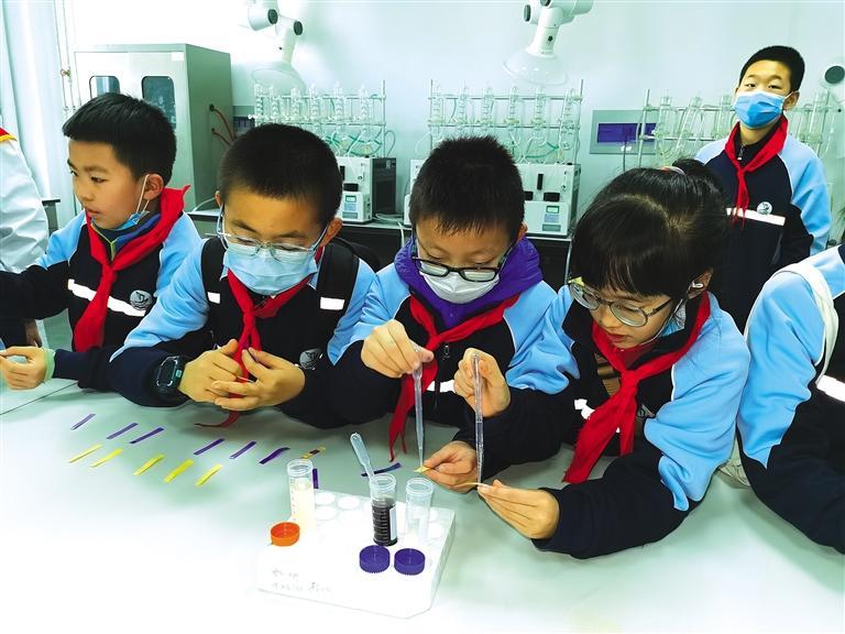 兰州市一只船小学学生走进实验室看食品检测、学用药知识