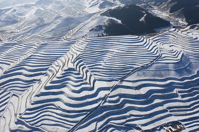 天祝:雪落梯田景色美