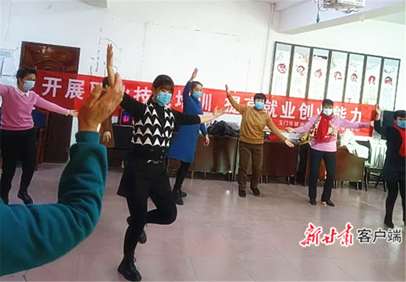 玉门市文化馆工作人员为村民辅导锅庄舞_.jpg