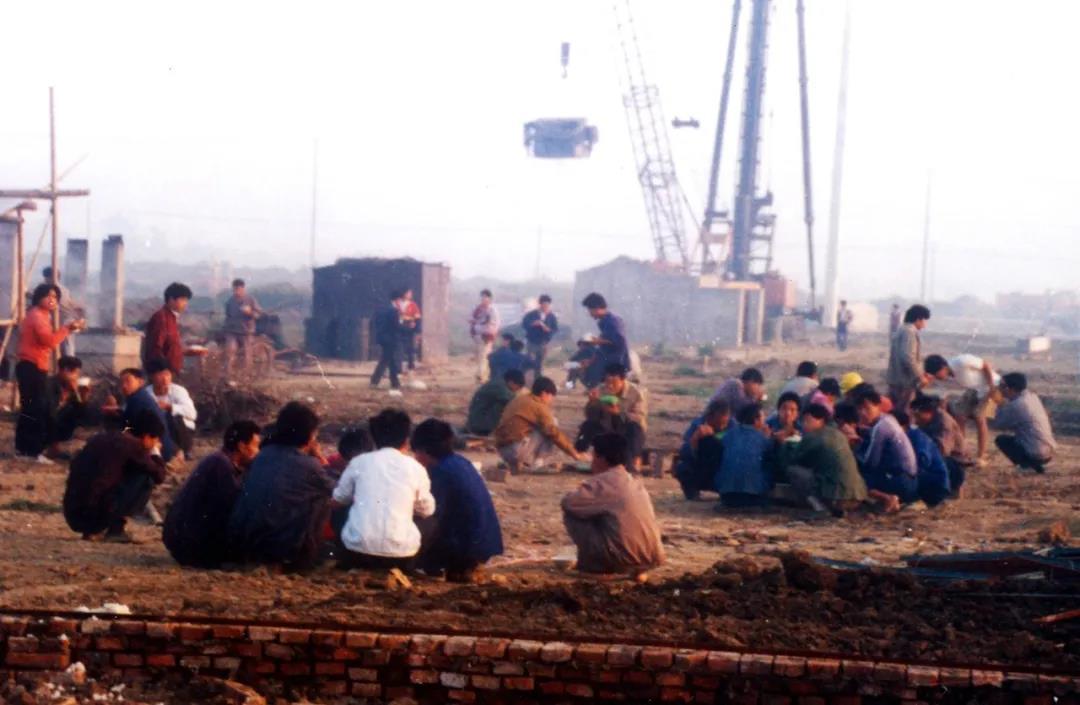 工地晨曲:建设者的早餐   沈文进摄于1994年