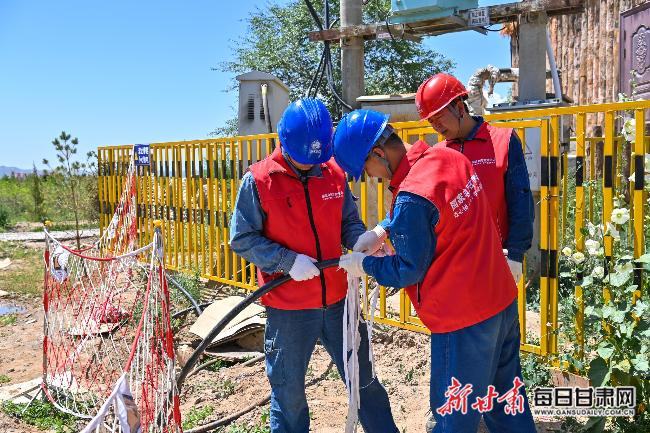 国网白银供电公司工作人员在水岸三合景区架设电缆。新甘肃・甘肃日报通讯员张红平摄.jpg