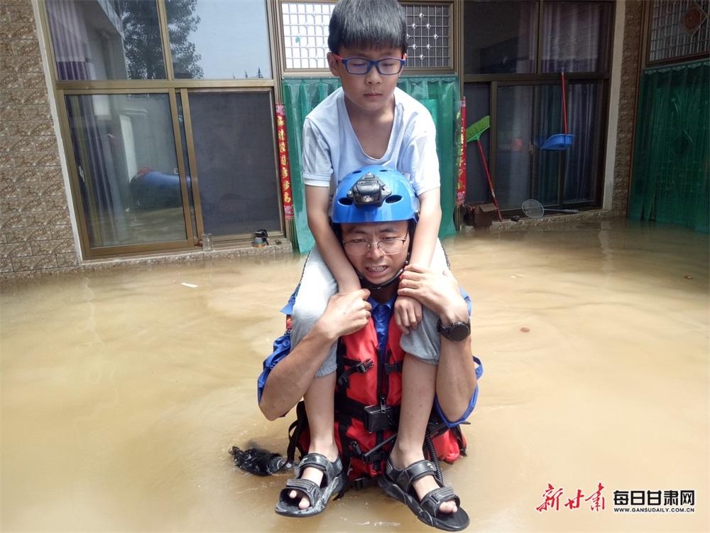 2021年7月26日,来自陇南市蓝天救援队和甘肃省域蓝天救援队的46名队员、正在河南省郑州、卫辉、新乡市等地全力以赴抢险救援,保障灾区群众生命财产安全。(图片6).jpg
