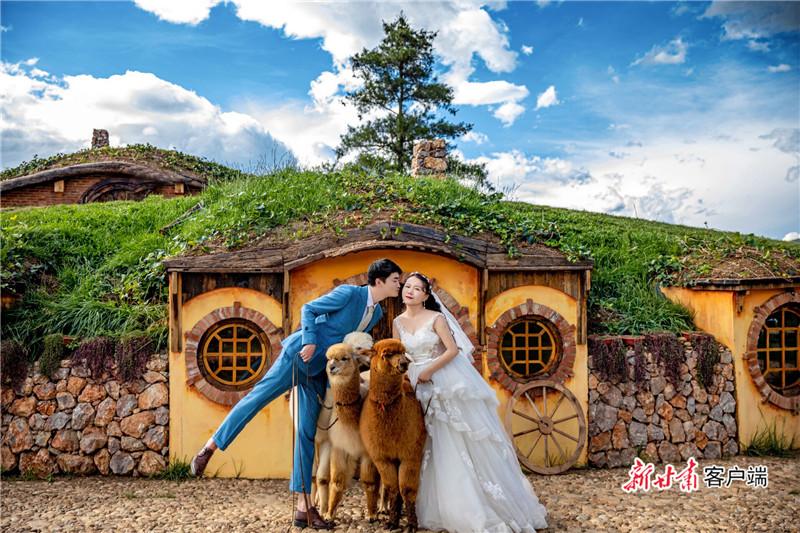"""图为 瓜州""""90后""""姑娘为战""""疫""""推迟婚礼.jpg"""