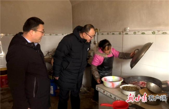 2019年7月23日,邱军同志在贫困户家中访民情.jpg