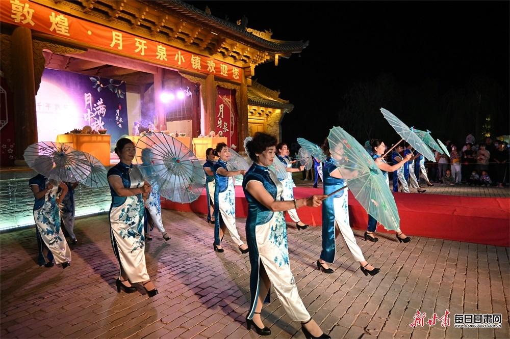 9月21日,敦煌月牙泉小镇拜月活动中进行旗袍秀。(2).jpg
