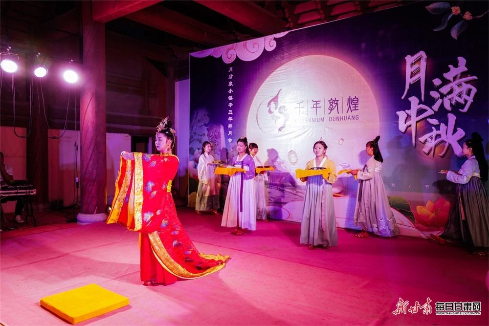 9月21日,敦煌月牙泉小镇上举办拜月活动。(3).jpg