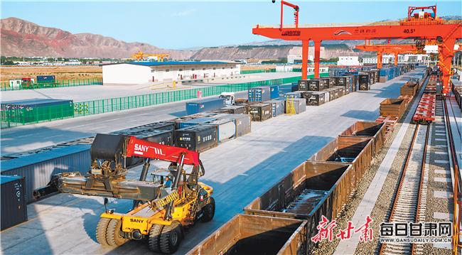 """""""中吉乌""""货运班列开辟国际贸易新通道"""